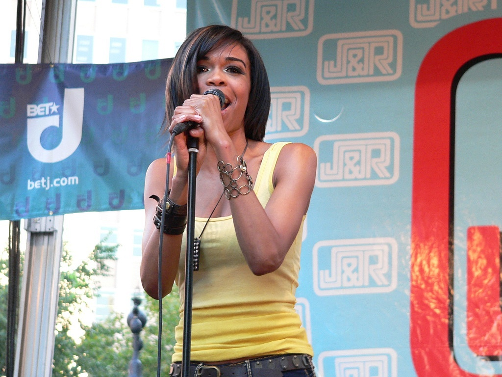 Michelle_Williams_on_stage_at_J&R's_Musicfest